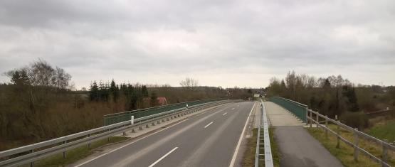 11-035 Stahlverbund-Brücke K 59 über DB Foto 5 - Draufsicht Belag und Schutzeinrichtungen
